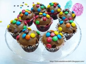 Briose cu ciocolata si bombonele M&M